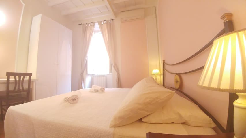 Dreaming Navona Rooms, a double/twin private room