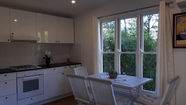 Self contained cottage walking distance to beach