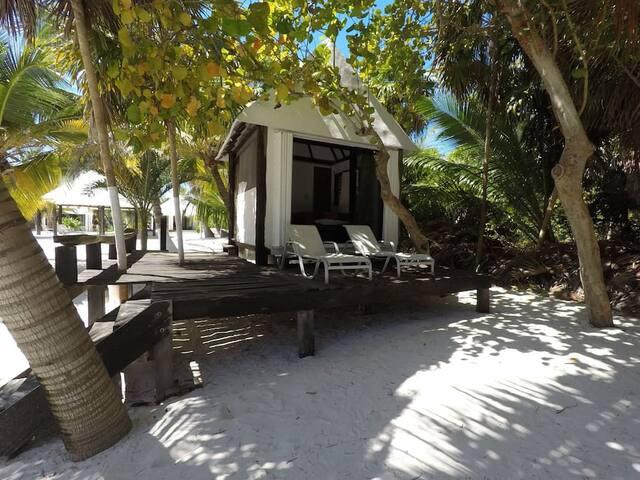 Las Boyas: un bungalow rústico y romántico ubicado en la playa frente a la piscina.