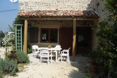 Les Deux Puits, charming old cottage. - Chambon