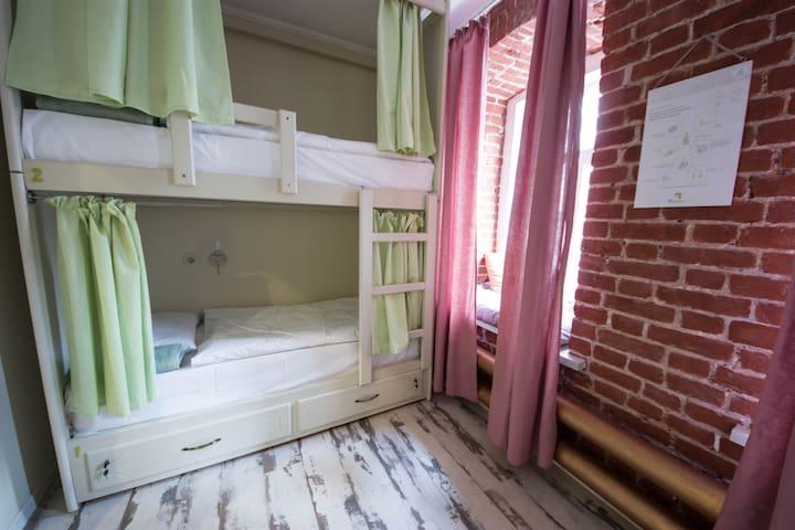 Кровать в женском восьмиместном номере