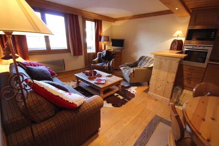 AQUI103R - Charming 1 bedroom apartment for 4 peolple  in Val d'isère, is situated at 400m from the village center and 50m from the slopes.