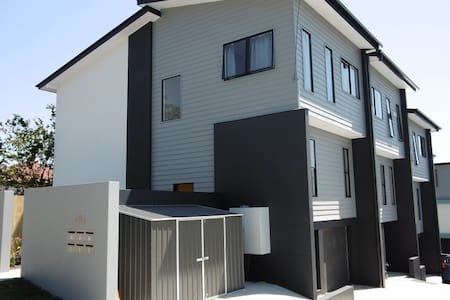 New townhouse 5min walk to train & shop 7km to CBD - Morningside