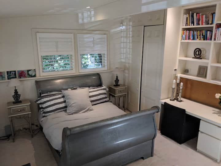 Freshly furnished granny flat with pool access