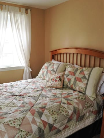 Sunny, pleasant bedroom - Yarmouth - Haus