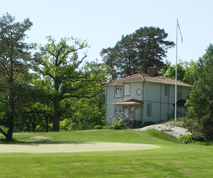 Gits Hus ligger på Smådalarö Golf golfbana.