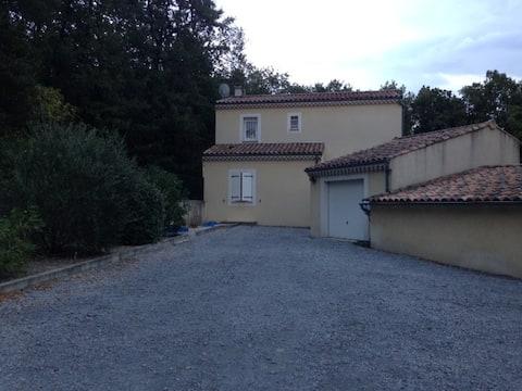 Villa 140 m2 sur terrain de 800m2 piscine jacuzzi
