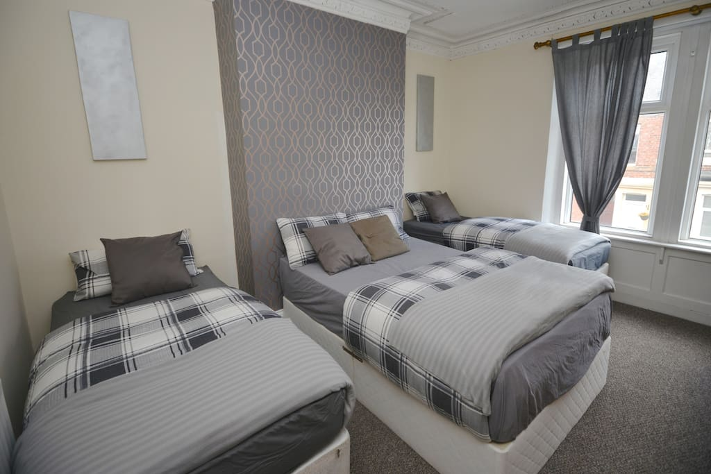 room 2 (2 single and a double bed)