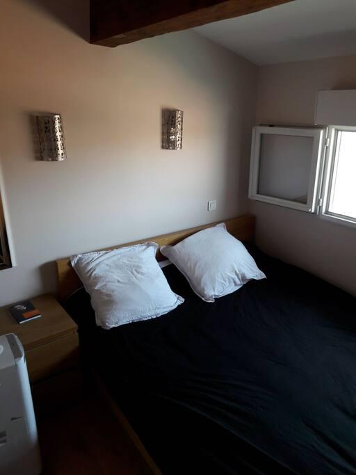chambre avec grand lit et placards.