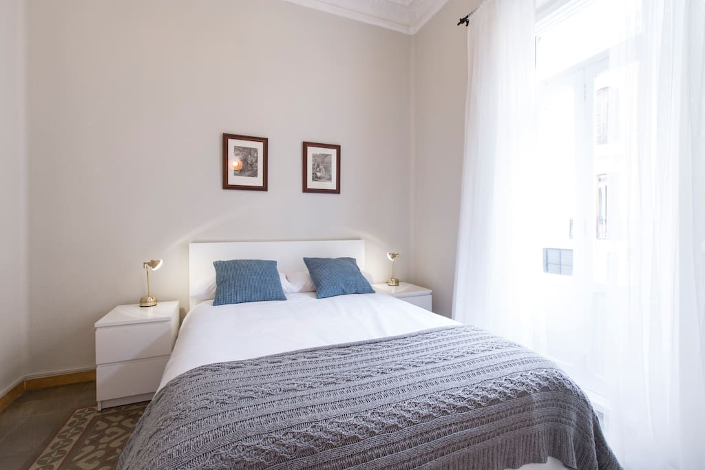 The master bedroom features a comfortable double bed (140x200 cm) to ensure a good rest.