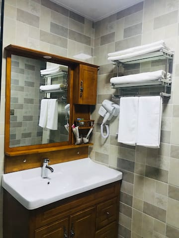 三个月起租|藏式酒店公寓3号舒软大床毗邻万达广场西宁市繁华一带