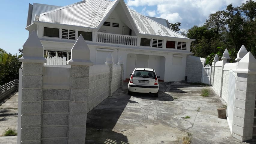 4 appartements de Type F2  dans villa avec jacuzzi - Pointe-Noire - House