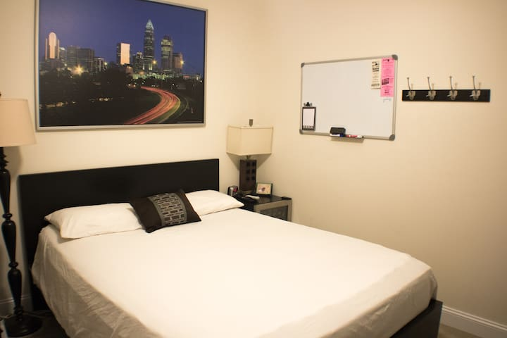 Walk to light rail, Plaza Midwood&NoDa! Comfy bed!