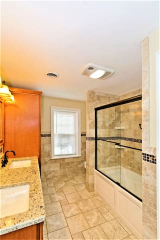 Brand new high-end fully tiled bathrooms w/spa tub