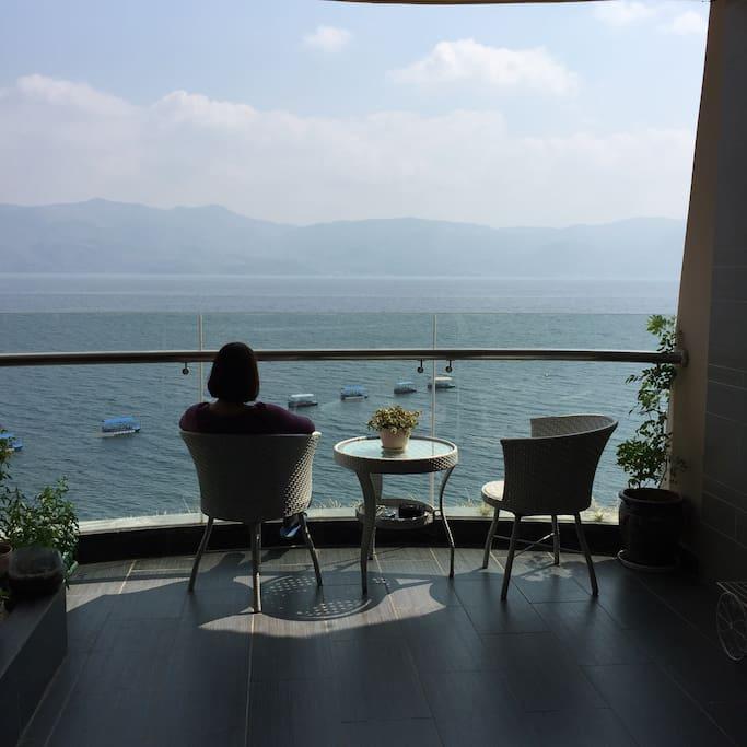 阳台上,朝夕与梦幻风景相处,闲看春暧花开,云淡风轻;移步犒赏悠扬人生,有天有地有山有湖有闲有生活,属于你的山湖时光。