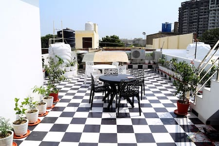 Comfortable stay With Garden view near Taj mahal - Agra