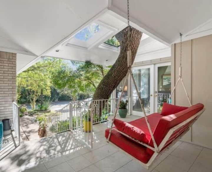Quiet urban retreat. Minutes from shopping or lake