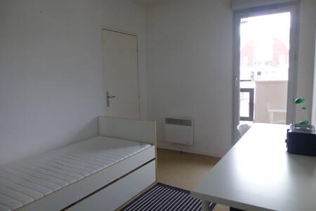 chambre avec SDB, wc et balcon - Carrières-sous-Poissy