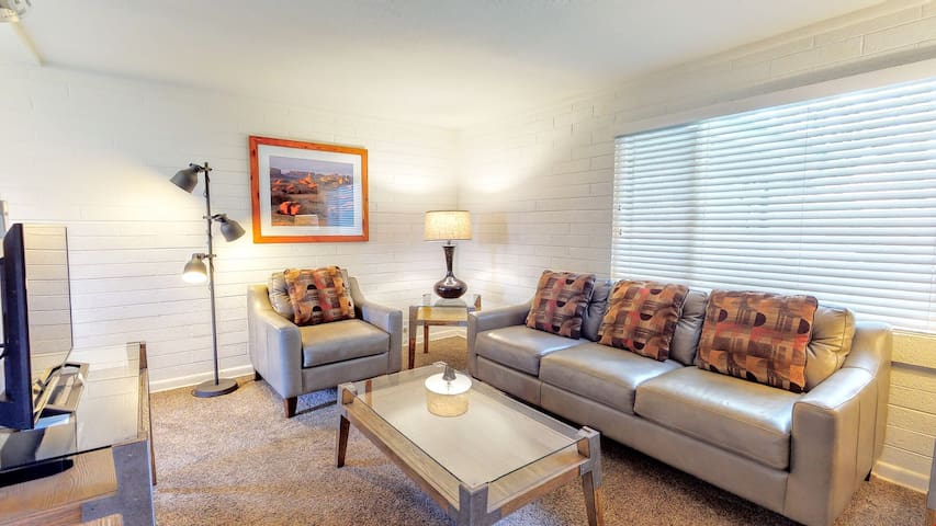 Cheerful and Cozy. In the Heart of Downtown with Hot Tub - Purple Sage Flats #4