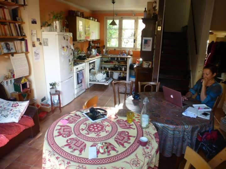 Chambre dans petit pavillon avec jardin et chats