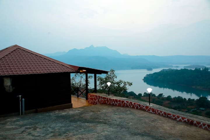 The Nutshell Cottage with lake view