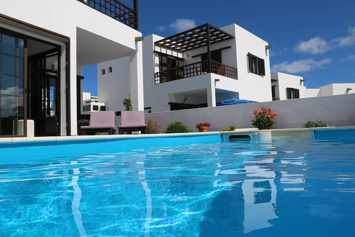 Amazing villa with pool and seaviews!