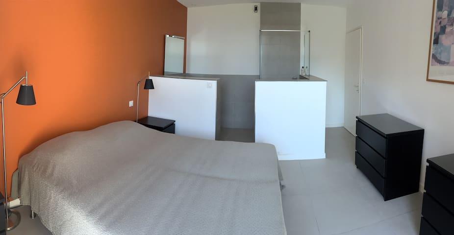 Annexe donnant sur jardin avec suite parentale 3 dont salle de douche et WC
