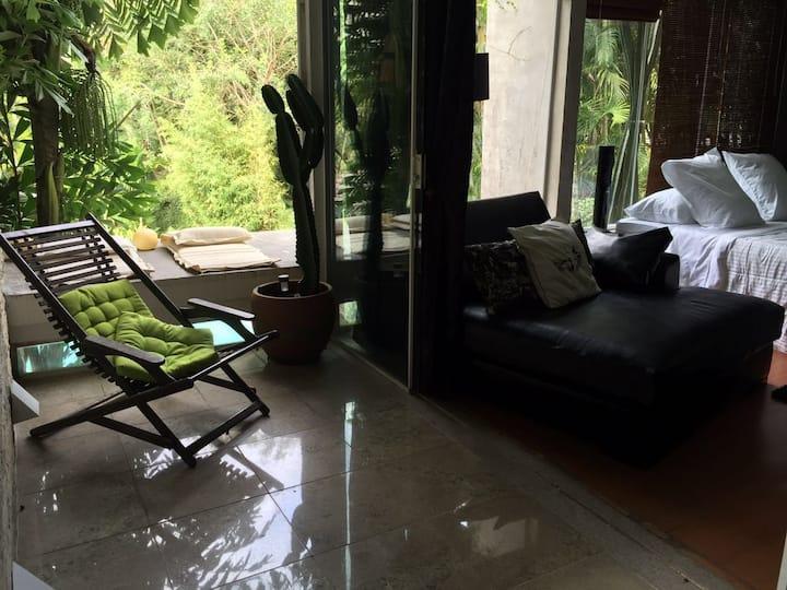 Hospedagem com varanda e piscina na Gávea