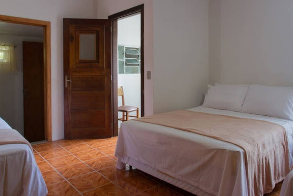 Suíte com 01 cama de casal, closet e banheiro privativo. Café da manhã incluso.