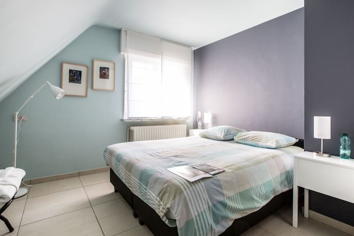 Spacious, cosy room, breakfast included. - Ieper - Huis