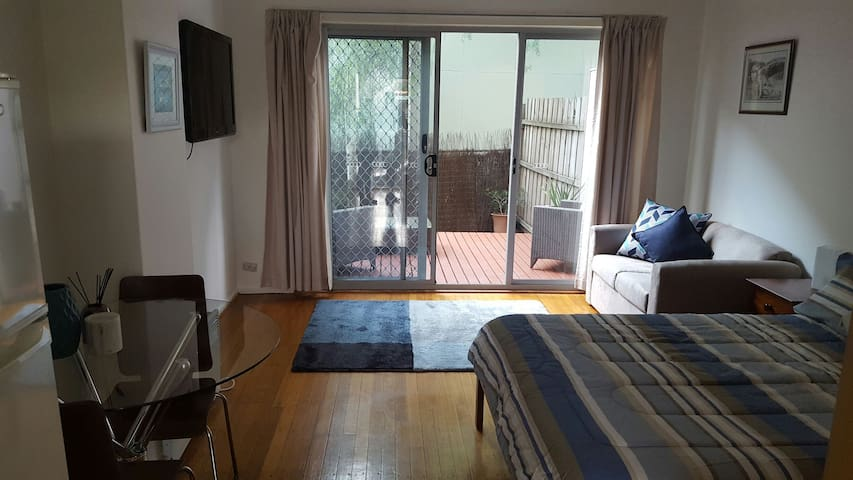 Studio with courtyard and carpark - Mentone - Apartment