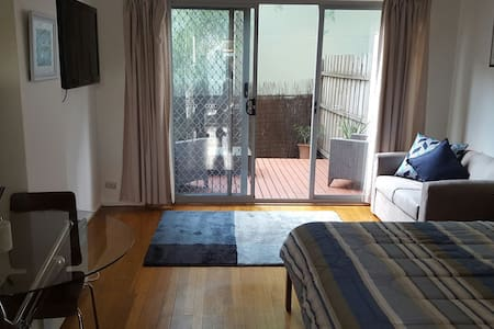 Studio with courtyard and carpark - Mentone - อพาร์ทเมนท์