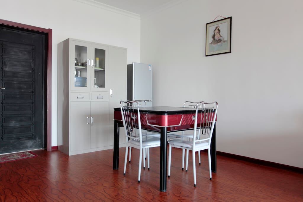 入户门及客厅的餐桌式麻将机。