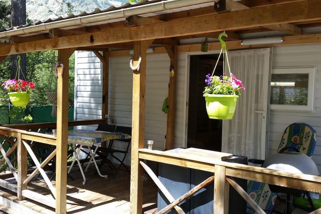 la terrasse pour manger a l'ombre et le barbecue electrique