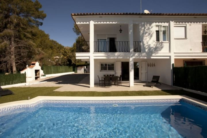 Alcossebre, beautiful house with sea view, pool, wifi, surrounded by pine trees.