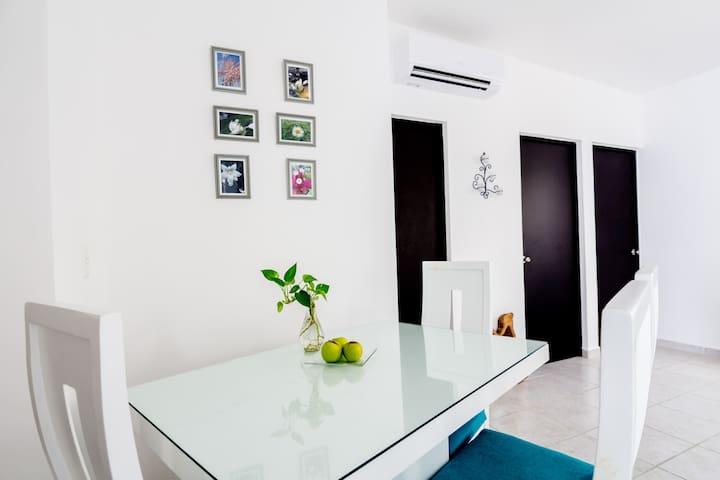 Aquí en la sala, puedes disfrutar una comida, unas bebidas, o una plática con la temperatura más agradable para tí,  con nuestro nuevo Aire Acondicionado.