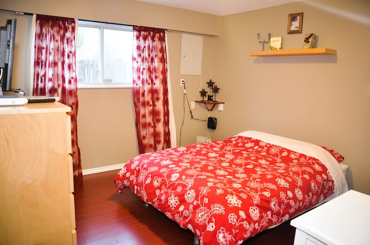 Private Room/ Quiet Street- Queen Bed 3 (17th Ave)