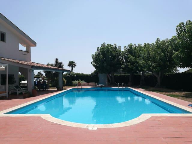 Villa c/Piscina 100mt dal mare Roma V