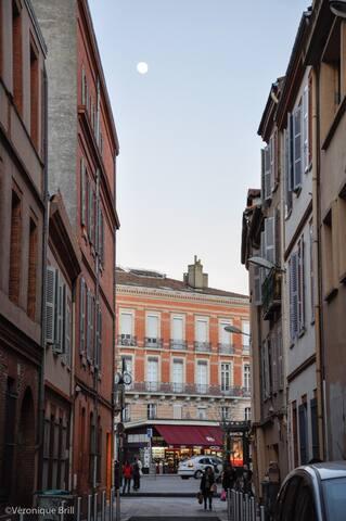 Vue de la rue Bellegarde. Au fond la place Jeanne D'arc, le métro la navette aéroport, etc.