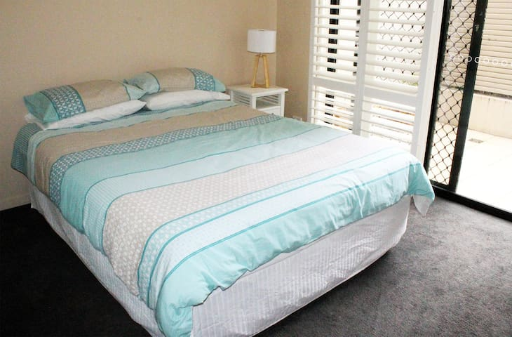Private room in spacious apartment - stay 4 less!