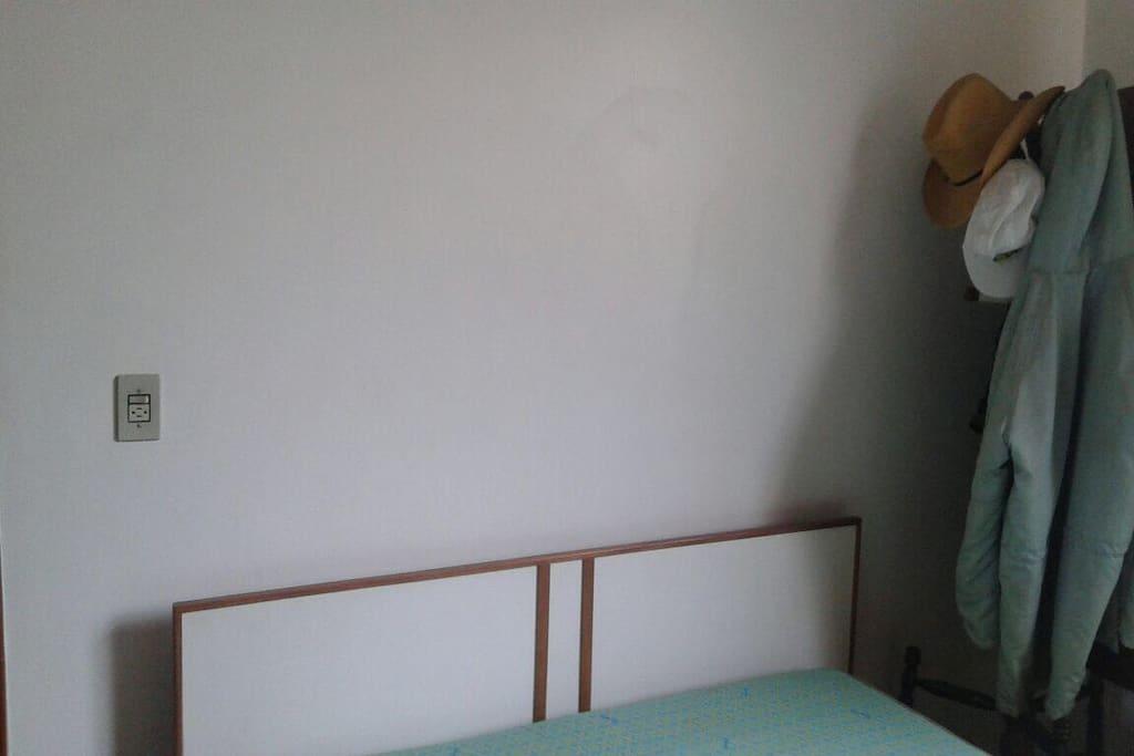 1 quarto, cama de casal, sem roupas ao lado.