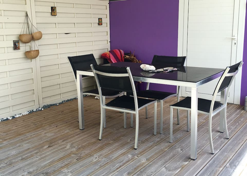Le Ti punch bar avec sa terrasse en bois et sa décoration  de calebasses locales et des photos de rhum et distilleries antillaises