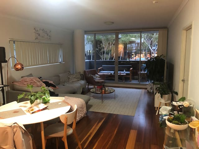 Room for rent in cosy apartment in Zetland