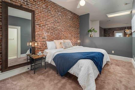 """The """"May Room"""" Historic Downtown Loft on Ashley"""