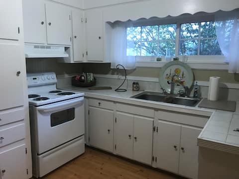 COZY & DOG FRIENDLY RENT BY THE DAY-WEEK-MONTH