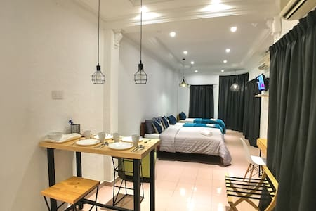 Deluxe Family Suites at Gurney - 4 Pax (iBook9) - George Town - Townhouse