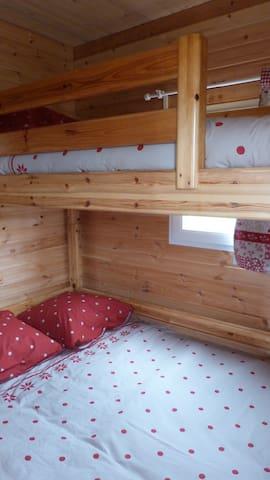 coté chambre  1 lit double et 1 lit 1 personne superposé accès echelle avec marches