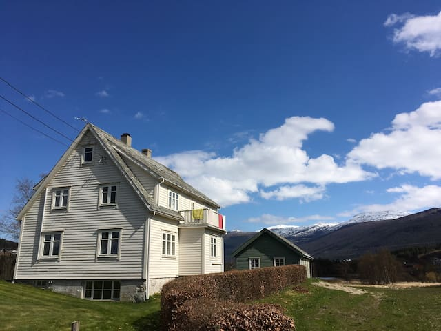 Traditional norwegian house by fjord and mountains - Kvinnherad - Rumah