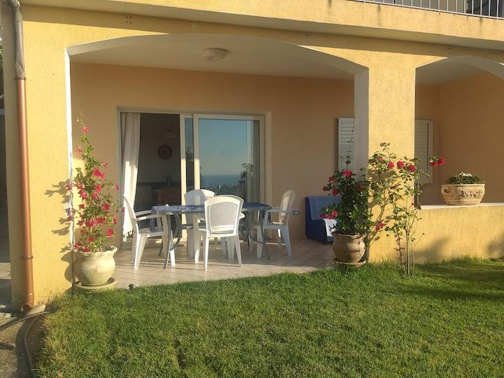 Tranquillo appartamento con giardino e vista mare