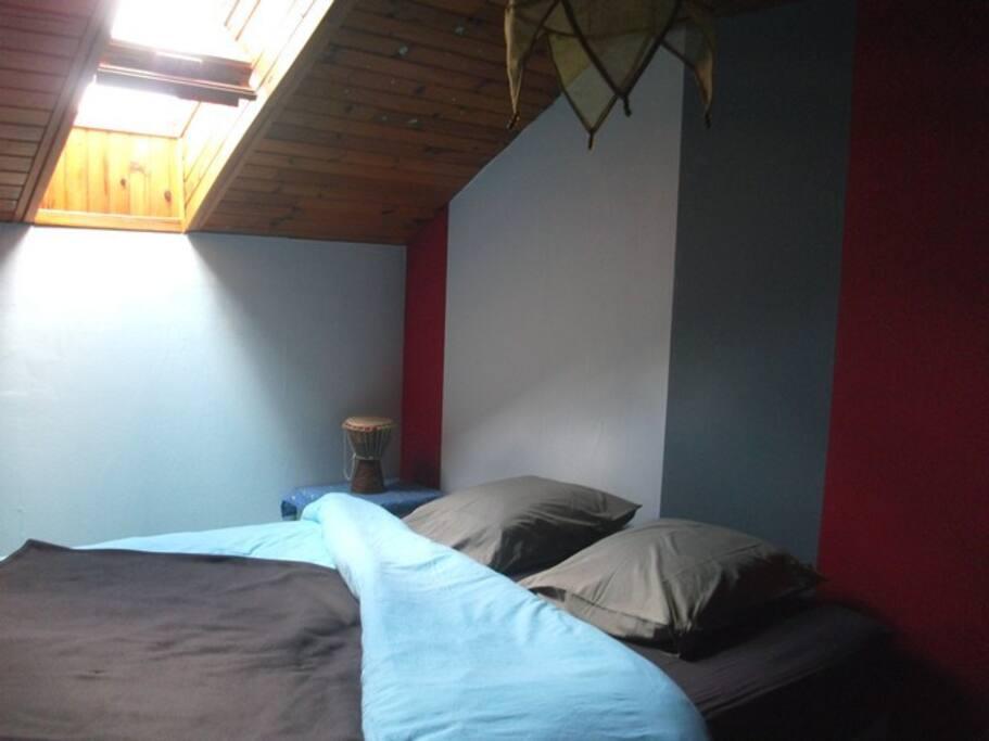 Grand lit (160 x 200) chambre mansardée
